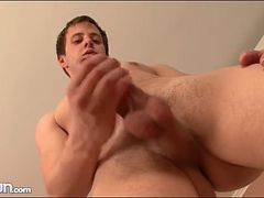 Hot load of jizz lands on his stomach